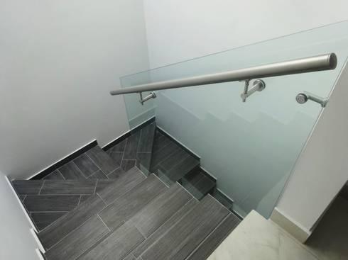 CASA MADERAS: Pasillos y recibidores de estilo  por CONSTRUCTORA ARQOCE