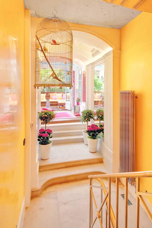 Pasillos y recibidores de estilo  por Rebecca James Studio