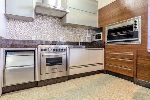 Palazo Ducalle: Cozinhas modernas por larissa canziani