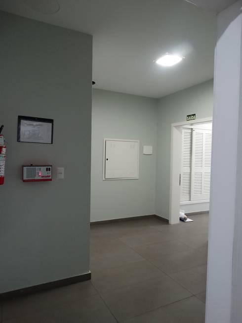 ANTES - HALL DE ENTRADA: Corredores e halls de entrada  por studio jk design