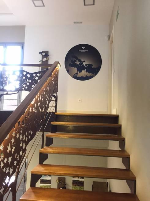 Escaleras de Acceso a la oficina y sala de catas. : Espacios comerciales de estilo  de Apersonal