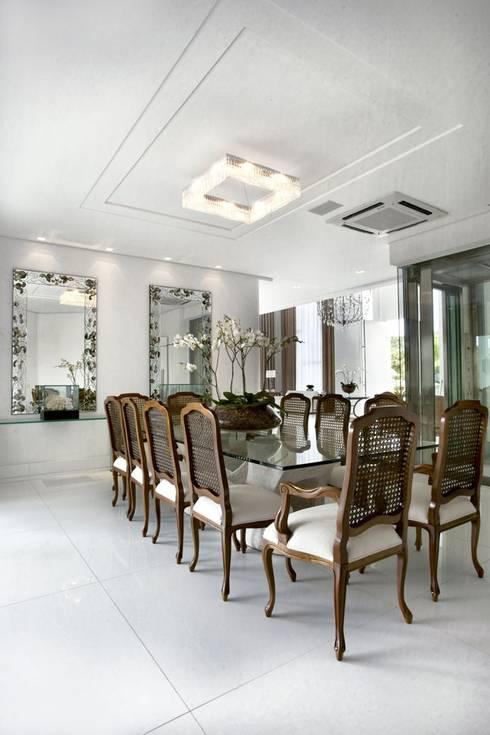 Branco como protagonista nesta casa no litoral brasileiro .: Salas de jantar ecléticas por Bianka Mugnatto Design de Interiores