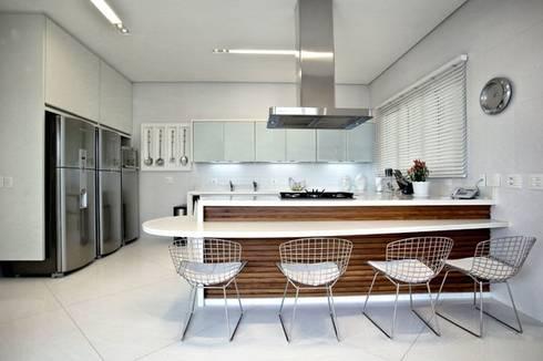 Branco como protagonista nesta casa no litoral brasileiro .: Cozinhas ecléticas por Bianka Mugnatto Design de Interiores