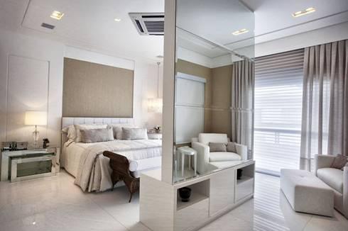 Branco como protagonista nesta casa no litoral brasileiro .: Quartos  por Bianka Mugnatto Design de Interiores