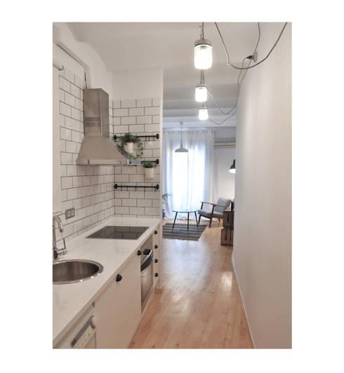 BS6: Cocinas de estilo  de SUIN design studio
