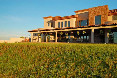Fachada posterior Atardecer: Casas de estilo moderno por Acrópolis Arquitectura
