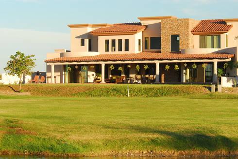 Vista desde el campo de Golf: Casas de estilo moderno por Acrópolis Arquitectura