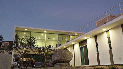 Casa CB125: Casas de estilo moderno por Velazco & Rodriguez