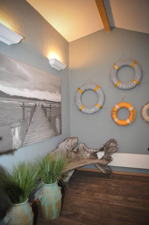Eingangsbereich mit mit maritimen Touch:  Flur & Diele von Die Räumerei