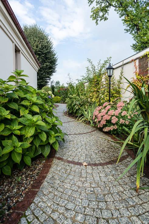 Dom w Bielicach: styl , w kategorii Ogród zaprojektowany przez Gzowska&Ossowska Pracownie Architektury Wnętrz
