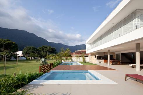 Casa Guaecá : Piscinas modernas por Conrado Ceravolo Arquitetos