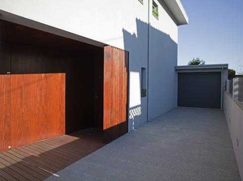 Remodelação Moradia Uni familiar – Exterior :   por Lendas e Detalhes, Lda