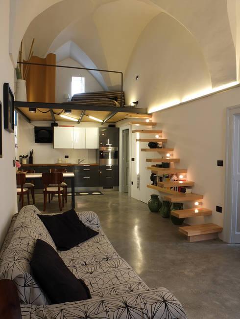 Casa Incorciata: Soggiorno in stile  di Ossigeno Architettura