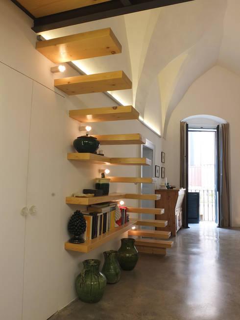 Pasillos y recibidores de estilo  por Ossigeno Architettura