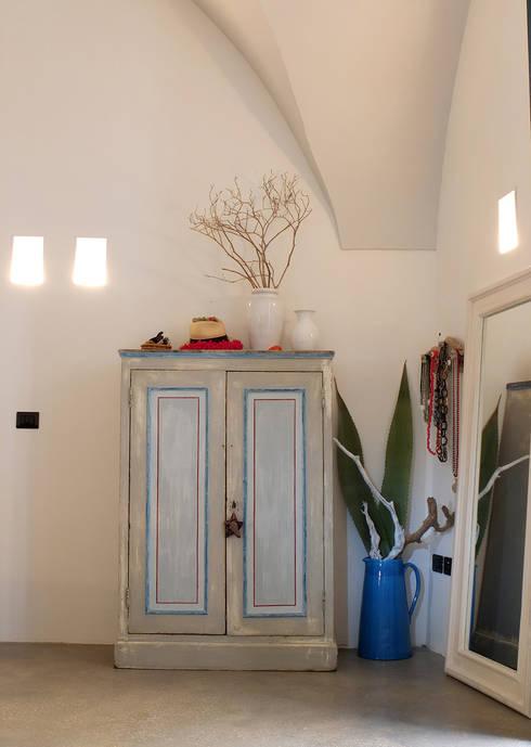 Recámaras de estilo mediterraneo por Ossigeno Architettura