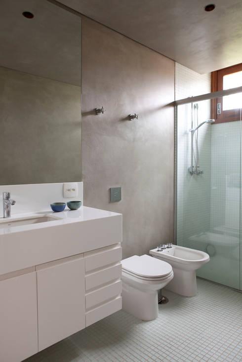 Casa Santa Cristina: Banheiros modernos por Bruschini Arquitetura