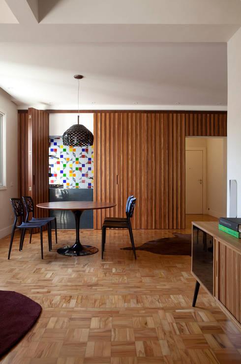Apartamento Gabriel Monteiro da Silva: Sala de jantar  por Bruschini Arquitetura