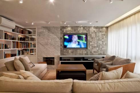 O melhor de dois mundos: Salas de estar modernas por Leticia Sá Arquitetos