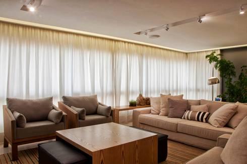 Neutro chique: Salas de estar modernas por Leticia Sá Arquitetos