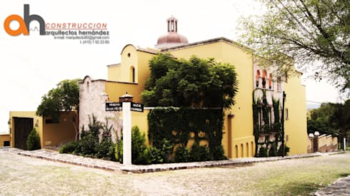 FACHADA CASA SWAB: Casas de estilo ecléctico por AH Arquitectos Hernandez