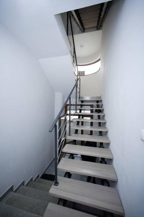 Przebudowa Domu : styl , w kategorii Korytarz, przedpokój zaprojektowany przez pracownia architektoniczno-konserwatorska festgrupa