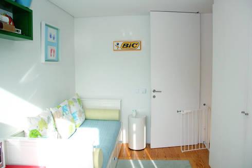 T3 em Massarelos: Quartos de criança modernos por MOOPI - Arch + Interiors