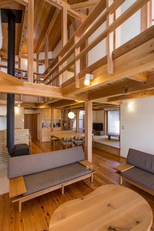 リビング1: shu建築設計事務所が手掛けたリビングです。