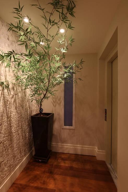 Corridor & hallway by Danielle Tassi Arquitetura e Interiores