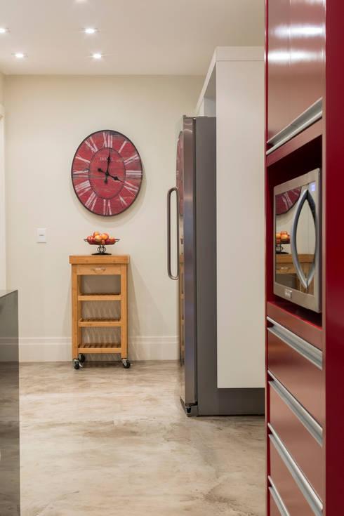 Casa Residencial SP: Cozinhas modernas por Danielle Tassi Arquitetura e Interiores