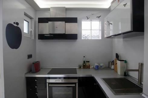 Lineas sencillas y acabados en alucobond: Cocinas de estilo moderno por JCandel