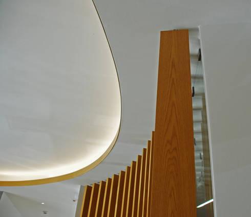 Timber Slats: Salas de estar modernas por JOÃO SANTIAGO - SERVIÇOS DE ARQUITECTURA