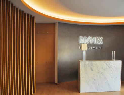 Lobby: Salas de estar modernas por JOÃO SANTIAGO - SERVIÇOS DE ARQUITECTURA