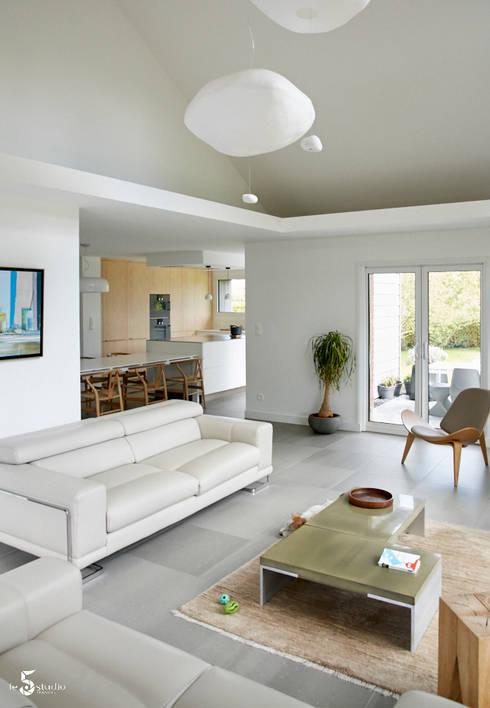 le jeu des espaces ouverts: Salon de style  par Emilie Bigorne, architecte d'intérieur CFAI