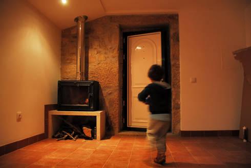 The Stone House: Salas de estar rústicas por JOÃO SANTIAGO - SERVIÇOS DE ARQUITECTURA