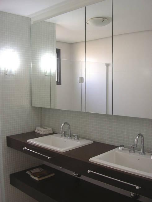 SPLASH – estar e home: Banheiros modernos por studio luchetti