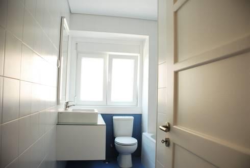 Casa de Banho: Casas de banho modernas por JOÃO SANTIAGO - SERVIÇOS DE ARQUITECTURA