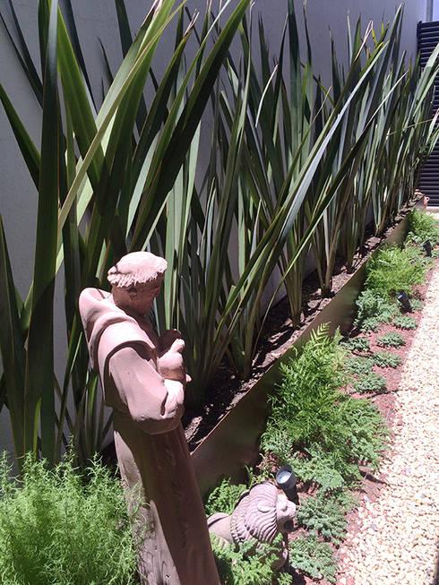 Ilinaza 214, Lomas de Juriquilla.  Qro.: Jardines de piedra de estilo  por Hábitas