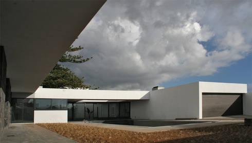 Casa LRS: Casas modernas por Pedro Mosca & Pedro Gonçalves, Arquitectos, Lda