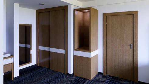 Closet y Torre: Recámaras de estilo moderno por diesco