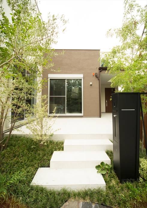 アプローチを兼ねたデッキテラス: ナイトウタカシ建築設計事務所が手掛けた家です。