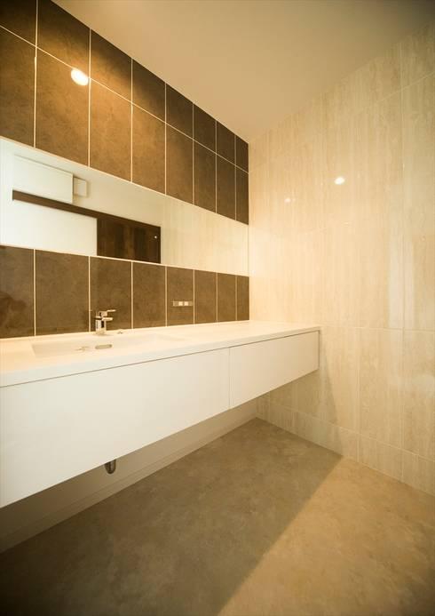 ホテルライクなパウダールーム: ナイトウタカシ建築設計事務所が手掛けた浴室です。