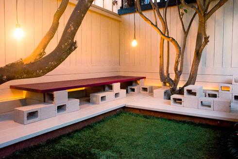 BANCOS  CON BLOKES : Jardín de estilo  por ENFOQUE CONSTRUCTIVO