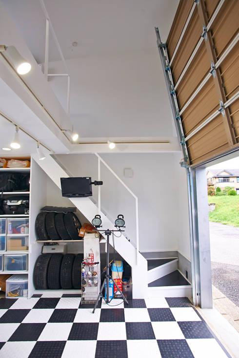 Garagens e arrecadações  por tai_tai STUDIO