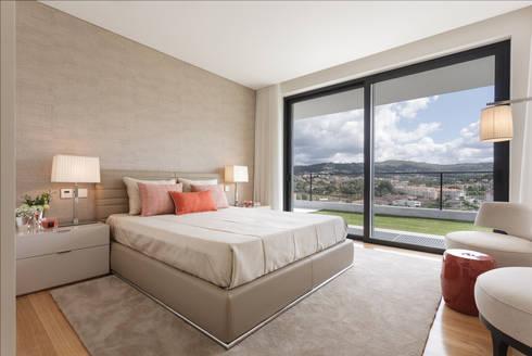 Casa em Braga: Quartos modernos por CASA MARQUES INTERIORES