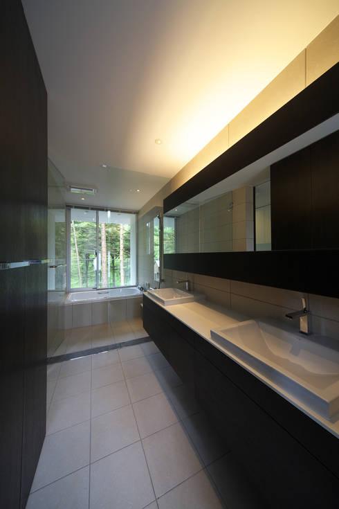 house in karuizawa: 株式会社廣田悟建築設計事務所が手掛けた浴室です。