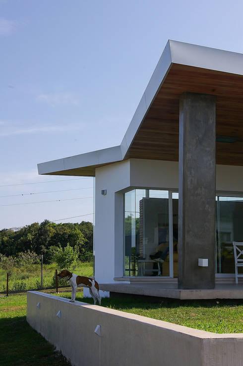 Desafiando paradigmas -  Casa H Los Azhares: Casas de estilo  por CB Design