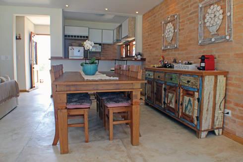Casa Simples e Confortável: Salas de jantar rústicas por RAC ARQUITETURA