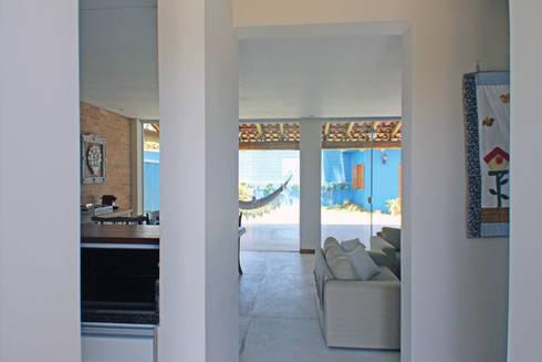 Casa Simples e Confortável: Corredores e halls de entrada  por RAC ARQUITETURA