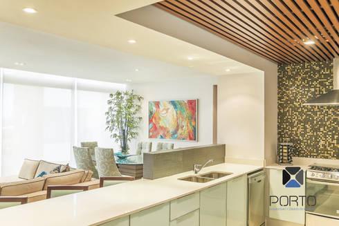 """Proyecto 'Penthouse Yucatan Country Club"""": Cocinas de estilo ecléctico por PORTO Arquitectura + Diseño de Interiores"""