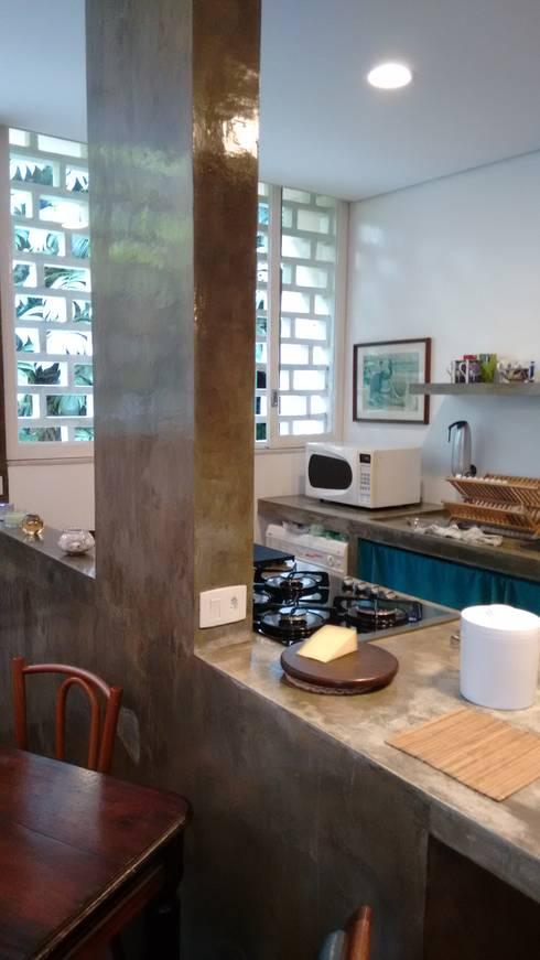 Apartamento duplex: Cozinhas tropicais por Bloch Arquitetos Associados